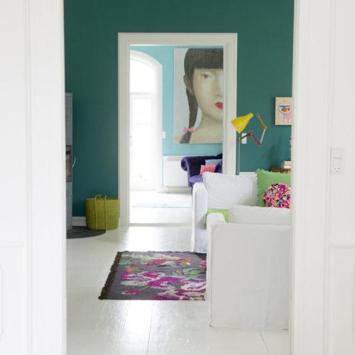 vy genom vardagsrum färgglatt odense charlotte hemma hos